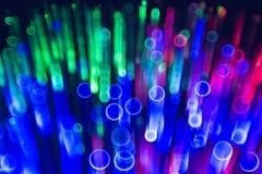 Olika kulöra laserstrålar skapar härliga ljusa effekter stock illustrationer