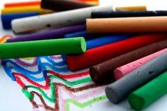 Olika kulöra pastell eller färgläggningmaterial Arkivbild