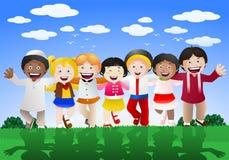 Olika kulturbarn som är lyckliga på naturbakgrund Arkivbild