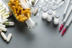 Olika läkarbehandlingar som preventivpillerar, minnestavlor och injektioner Royaltyfri Bild