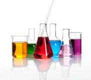 Olika laboratoriumflaskor med kulöra liqiuds Royaltyfria Bilder