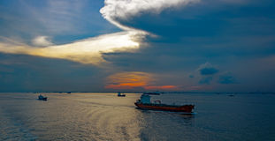 Olika lastfartyg i den Singapore kanalen Royaltyfri Foto