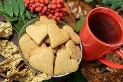 olika leaves Hjärtakaka svart tea Arkivbilder