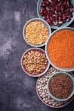 olika legumes Kikärtar röda linser, svarta linser, gult p Royaltyfri Foto