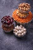 olika legumes Kikärtar röda linser, svarta linser, gult p Royaltyfria Foton