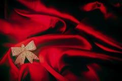 Olika leksaker på brännhet röd bakgrund för nytt år Arkivbilder