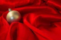 Olika leksaker på brännhet röd bakgrund för nytt år Royaltyfri Fotografi