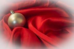 Olika leksaker på brännhet röd bakgrund för nytt år Royaltyfria Foton