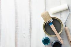 Olika målningtillförsel på den vita trätabellen Fotografering för Bildbyråer