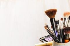 Olika makeupborstar på ljus bakgrund Arkivfoto