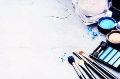 Olika makeupprodukter i blåttsignal Arkivfoton