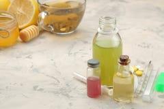 Olika mediciner för influensa och kalla boter på en vit trätabell kallt sjukdomar kallt influensa royaltyfri bild