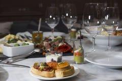 Olika mellanmål och aptitretare som är klara för en cocktailparty Royaltyfria Bilder