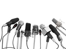 Olika mikrofoner som arrangera i rak linje på presskonferensen Royaltyfria Bilder