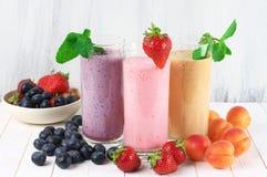 Olika milkshakar med frukter royaltyfri foto