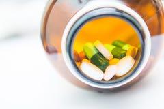 Olika minnestavlapreventivpillerar i flaska Arkivfoton
