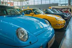 Olika modeller av Porsche sportbilar står i rad Royaltyfri Fotografi