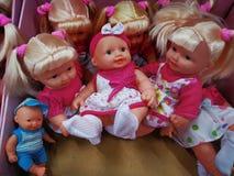 Olika modeller och format för leksakerdockor arkivfoto