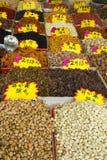 Olika muttrar och torkade frukter på öppen asiatisk marknad Royaltyfria Bilder
