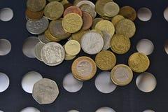 Olika mynt av olika länder royaltyfri foto