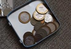 Olika mynt, pengar i en tenn- ask royaltyfri foto