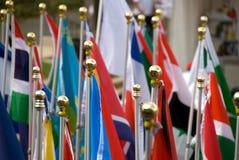 Olika nationsflaggor, på flaggstång Arkivbild
