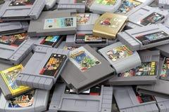 Olika Nintendo videospelkassetter royaltyfri fotografi