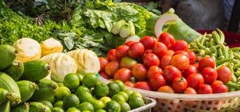 Olika nya frukter och grönsaker på marknaden Fotografering för Bildbyråer