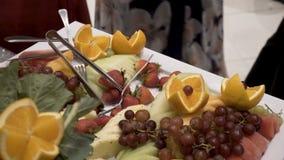 Olika nya frukter på bröllopbuffétabellen Frukter och bär som gifta sig tabellgarnering Frukt för buffémottagande Royaltyfri Bild