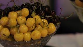 Olika nya frukter på bröllopbuffétabellen Frukter och bär som gifta sig tabellgarnering Frukt för buffémottagande Royaltyfria Foton
