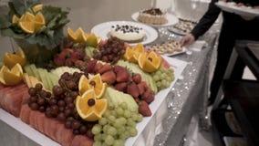 Olika nya frukter på bröllopbuffétabellen Frukter och bär som gifta sig tabellgarnering Frukt för buffémottagande Fotografering för Bildbyråer