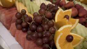 Olika nya frukter på bröllopbuffétabellen Frukter och bär som gifta sig tabellgarnering Frukt för buffémottagande Arkivfoton