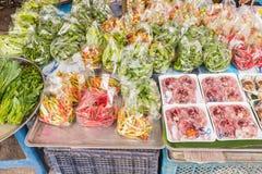 Olika nya grönsaker och djur som säljer på lokal thailändsk marke Royaltyfri Bild