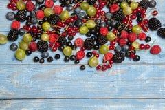 Olika nya sommarbär Top beskådar Bär för efterrätt för mat för färg för bärblandningfrukt Antioxidants detox bantar, organiska fr Arkivfoton