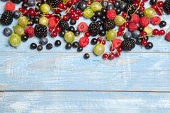 Olika nya sommarbär Top beskådar Bär för efterrätt för mat för färg för bärblandningfrukt Antioxidants detox bantar, organiska fr Royaltyfri Bild