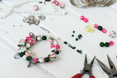 Olika pärlor och hjälpmedel för att göra smycken Royaltyfri Fotografi