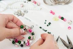 Olika pärlor och hjälpmedel för att göra smycken Arkivbild