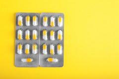 Olika packar av antibiotikummar, droger Prescripted läkarbehandling på en ljus gul bakgrund vita orange pills Arkivbilder