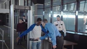 Olika passagerare som passerar säkerhetskontroll arkivfoto