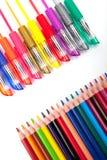 Olika pennor och blyertspennor som isoleras på vit bakgrund Arkivfoto