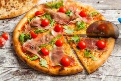 olika pizzatoppningar Italiensk pizza med olika slag av ost, grönsaker och kött på gammalt träbakgrundsslut upp Royaltyfri Fotografi