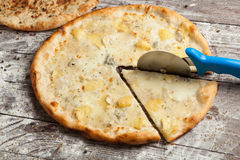 olika pizzatoppningar Italiensk pizza med olika slag av ost, grönsaker och kött på gammalt träbakgrundsslut upp Arkivbild