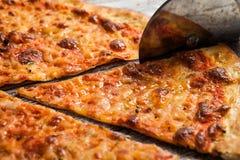 olika pizzatoppningar Italiensk pizza med olika slag av ost, grönsaker och kött på gammalt träbakgrundsslut upp Royaltyfria Foton