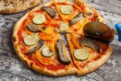 olika pizzatoppningar Italiensk pizza med olika slag av ost, grönsaker och kött på gammalt träbakgrundsslut upp Arkivbilder