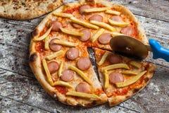 olika pizzatoppningar Italiensk pizza med olika slag av ost, grönsaker och kött på gammalt träbakgrundsslut upp Arkivfoton
