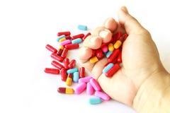 Olika preventivpillerar i hand Arkivfoto