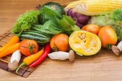 Olika rå grönsaker Arkivbild
