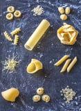 olika rå typer för pasta royaltyfri fotografi