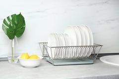 Olika rengöringplattor i maträttuttorkningkugge royaltyfria foton