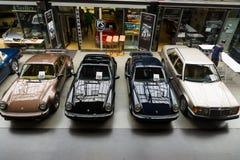 Olika retro bilar av Porsche och Mercedes-Benz på utställningen Royaltyfri Foto